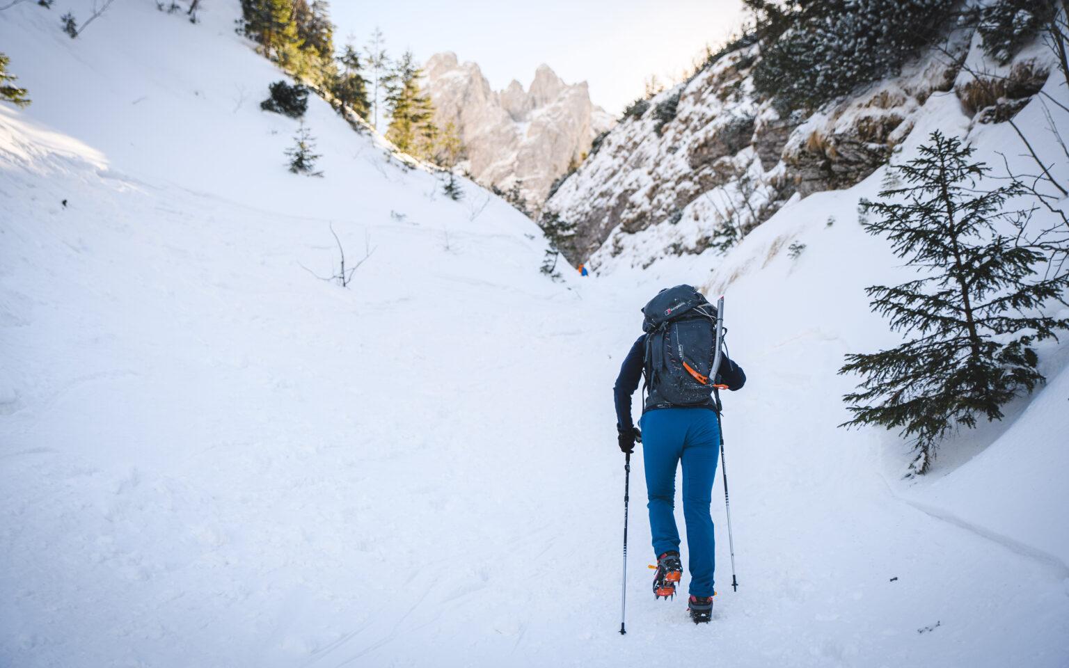 Turystka podchodzi Głazistym Żlebem na Czerwone Wierchy zimą