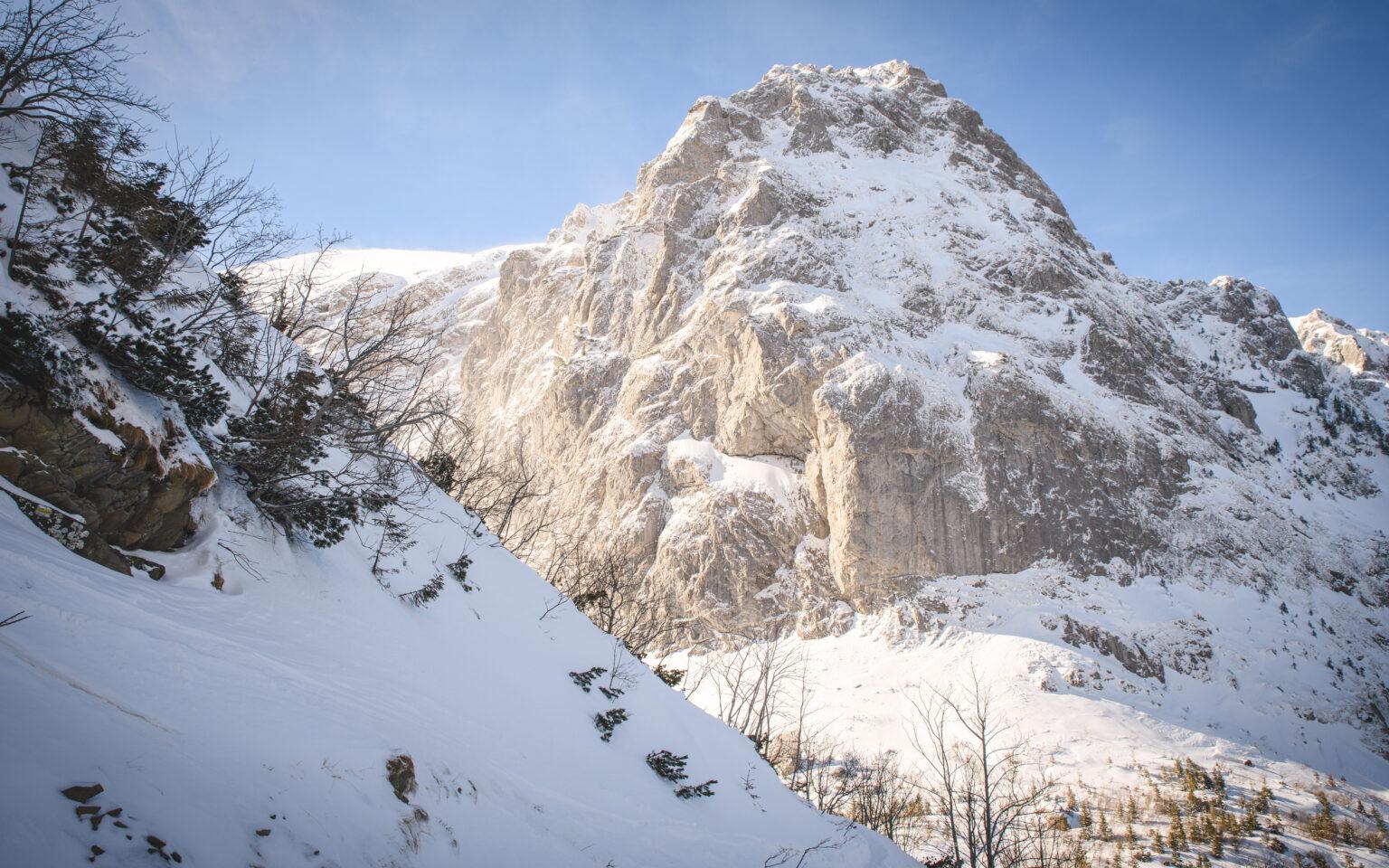 Wielka Turnia pokryta śniegiem