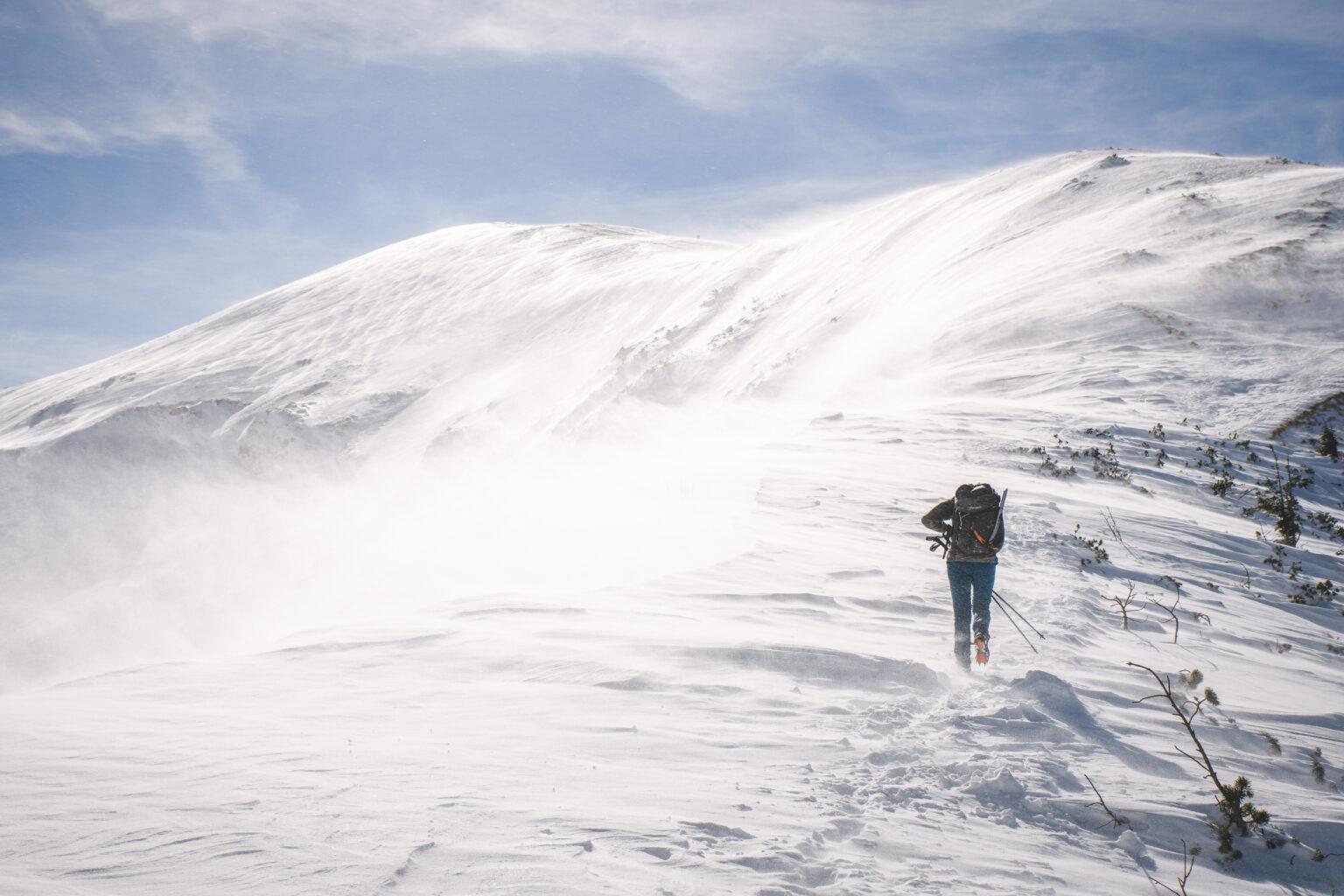 Turystka idzie na Kopę Kondracką w wietrze