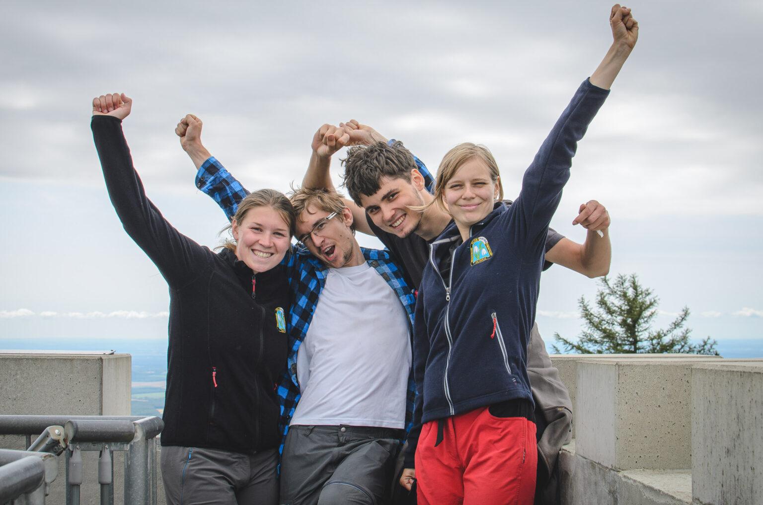 Turyście cieszą się na szczycie Irottko