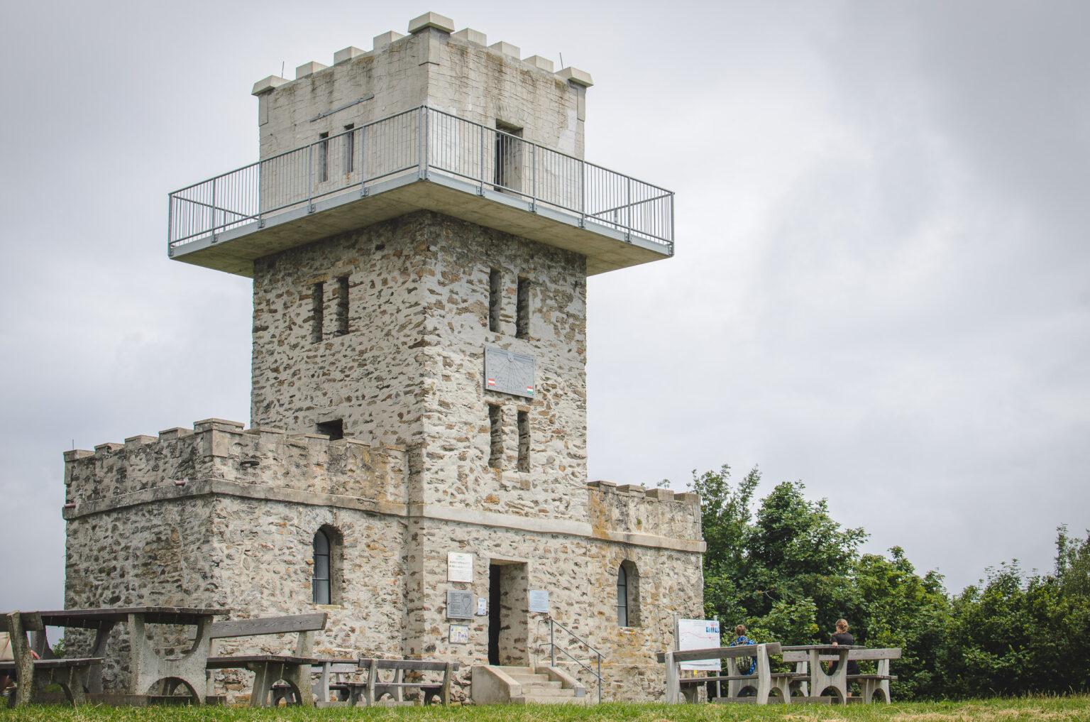 Kamienna wieża obserwacyjna na szczycie Irrotko