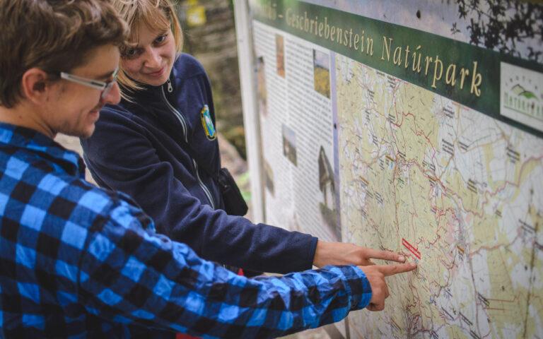 Turyści wskazują na mapę Alp Węgierskich