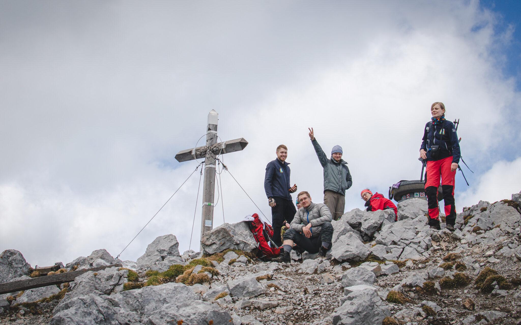 Turyści i krzyż na szczycie Storžiča
