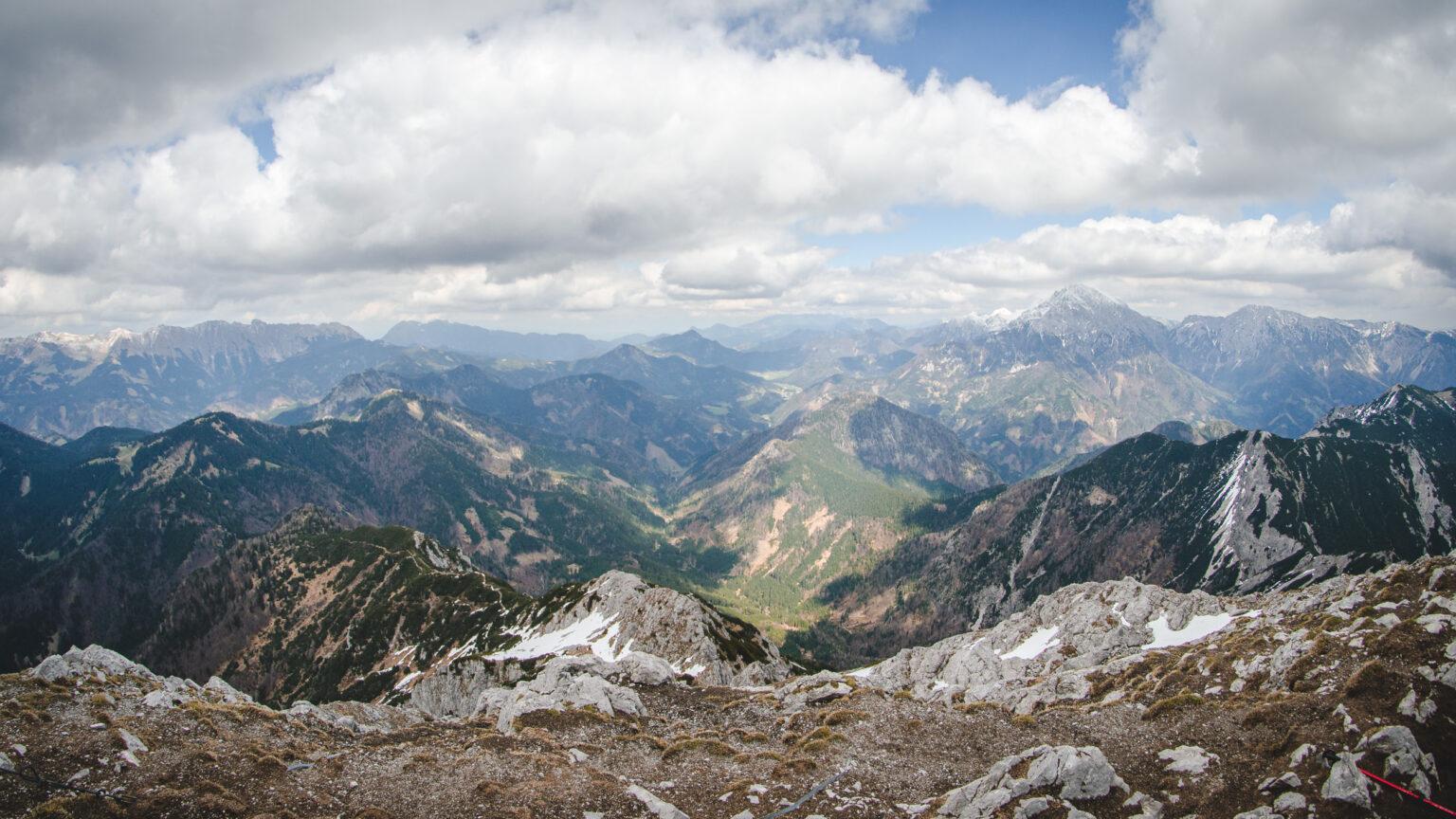 Słoweńskie pasma górskie widziane ze Storžiča