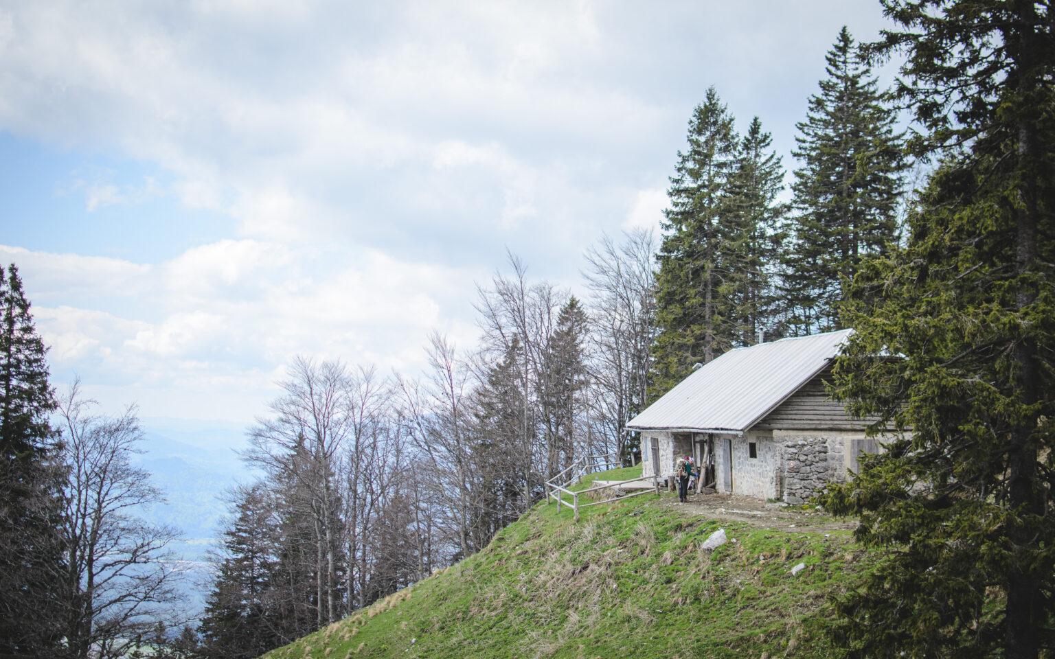 Chata stojąca na polanie w górach