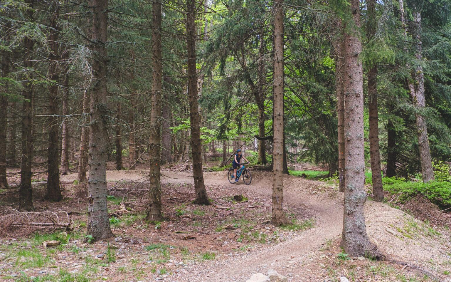 Ania na rowerze przejeżdża zakręt na singletracku Szklarska.
