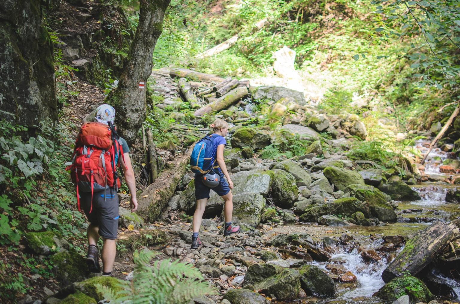 Turyści idą szlakiem pod ferratę HZS Martinske Hole