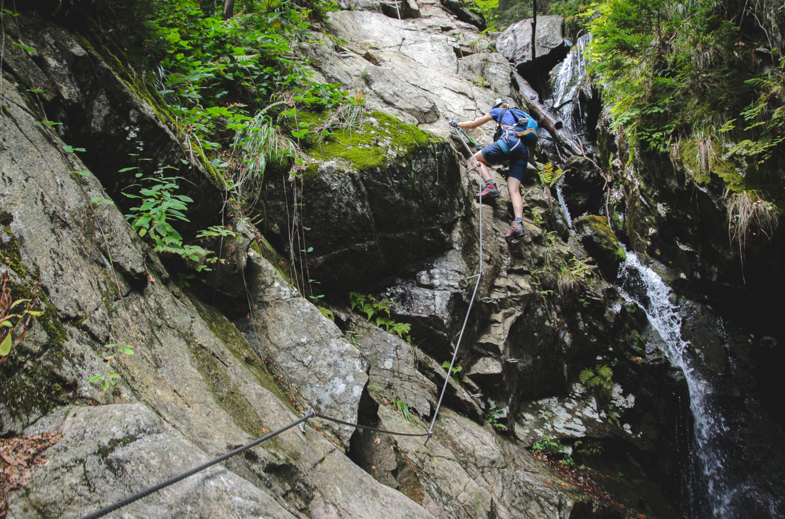 Ola wspina się po skałach ferraty HZS Martinske Hole