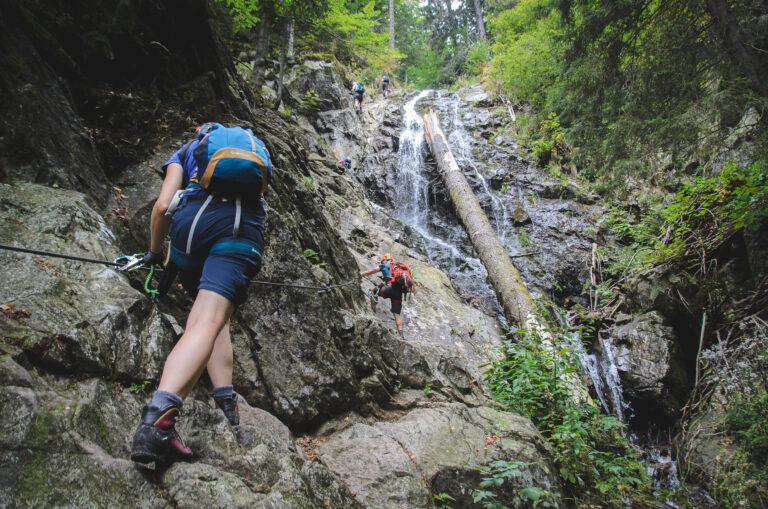 Turyści na ferracie HZs Martinske Hole