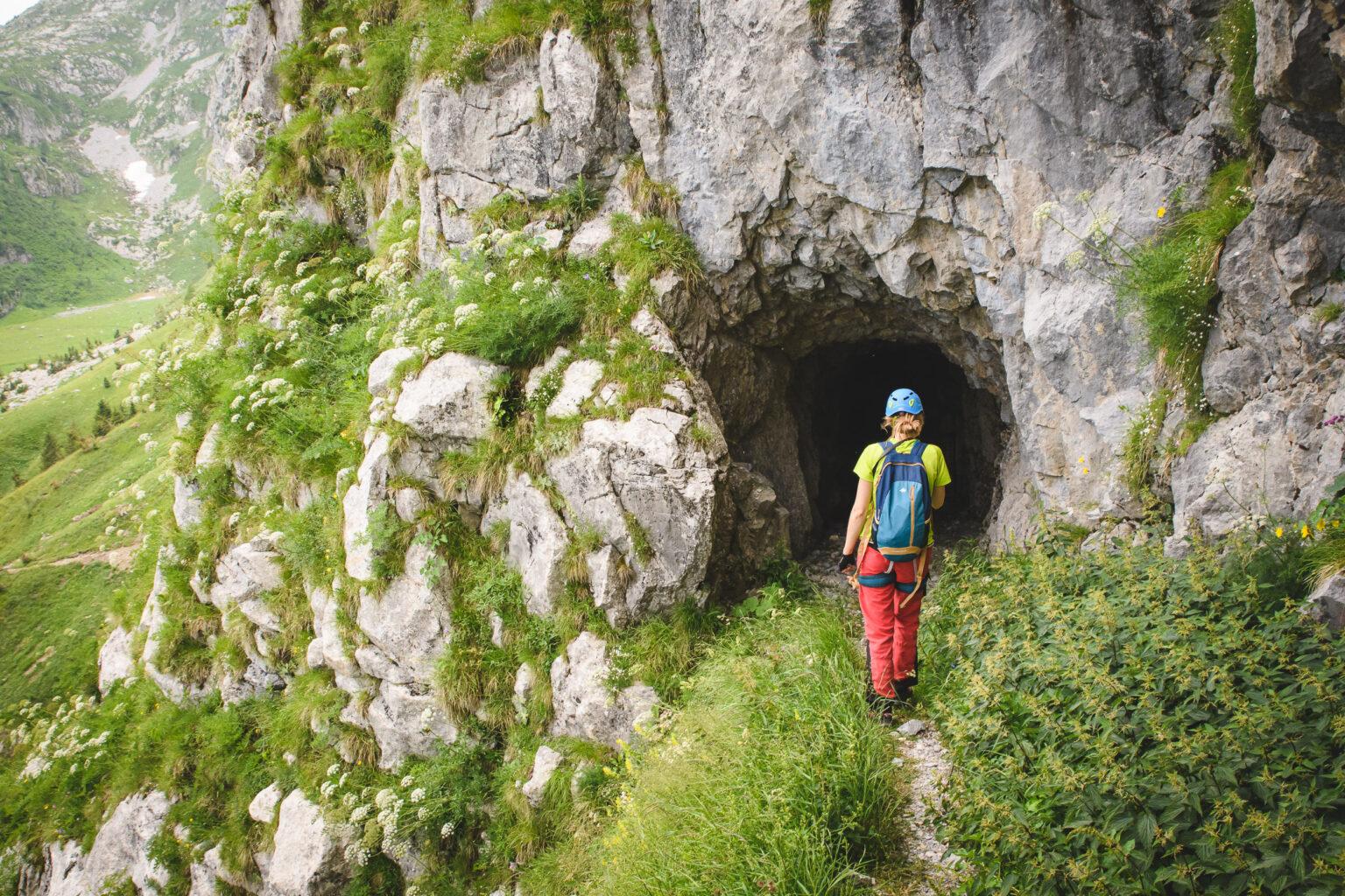 Ola wchodzi do tunelu w skale