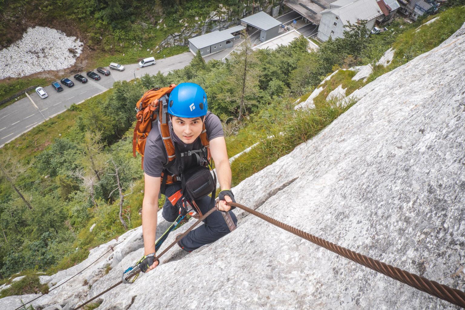 Błażej wspina się na ferracie Plockenpass Oberst Gressel Gedenkweg