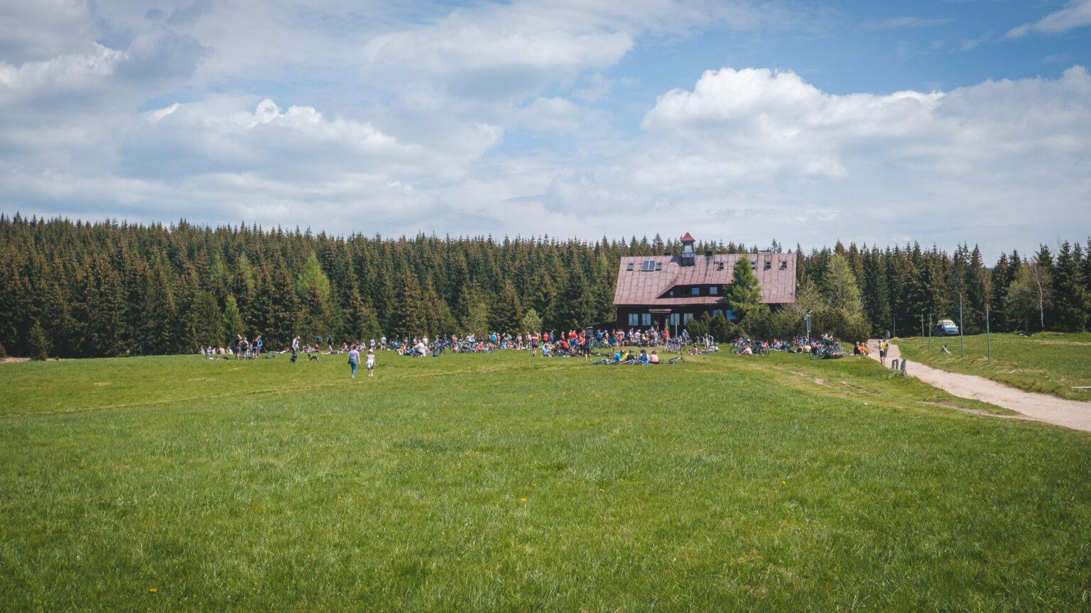 Tłum turystów przy Chatce Górzystów
